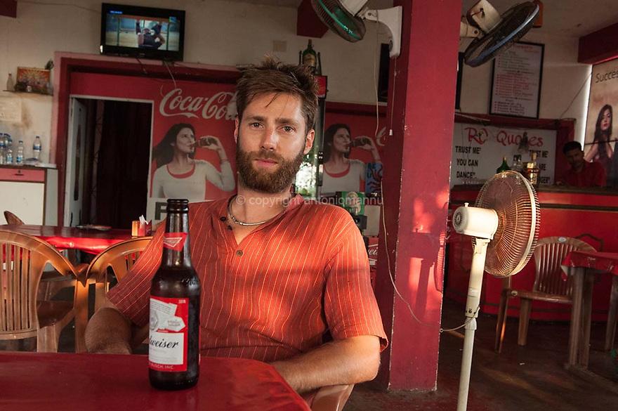 Chenàbura 11 de martzu de su 2016 Margao - Goa (India)<br /> Nicholas Compagnone est nàschidu in Otieri in su 1986 e pesadu in Palau. Annos a como un'amigu de famìlia, chi andaiat in vacàntzia in Gaddura, l'at propostu de si nche tramudare in Ìndia, in Margao, pro traballare in unu pastifìtziu industriale de pasta frisca. Nicholas torrat semper in Sardigna in istade, pro traballare in Palau, in unu tzilleri a curtzu a mare.<br /> <br /> Venerdì 11 marzo 2016 Margao - Goa (India) <br /> Nicholas Compagnone è nato a Ozieri nel 1986 ed è cresciuto a Palau. Anni fa, su proposta di un conoscente della famiglia che trascorreva le vacanze in Gallura, si è trasferito in India, a Margao, per occuparsi di un piccolo pastificio industriale di pasta fresca. Torna spesso in Sardegna d'estate, per lavorare a Palau, in un bar vicino al mare.<br /> <br /> Friday 11th March  2016 Margao - Goa (India)<br /> Nicholas Compagne was born in Ozieri in 1986 and he grew up in Palau. Years ago, at the proposal of a family member who spent his holiday in Gallura, he moved to India, in Margao, to manage a small industrial pasta factory. He often returns to Sardinia, in the summer, to work in Palau in a cafe near the sea.