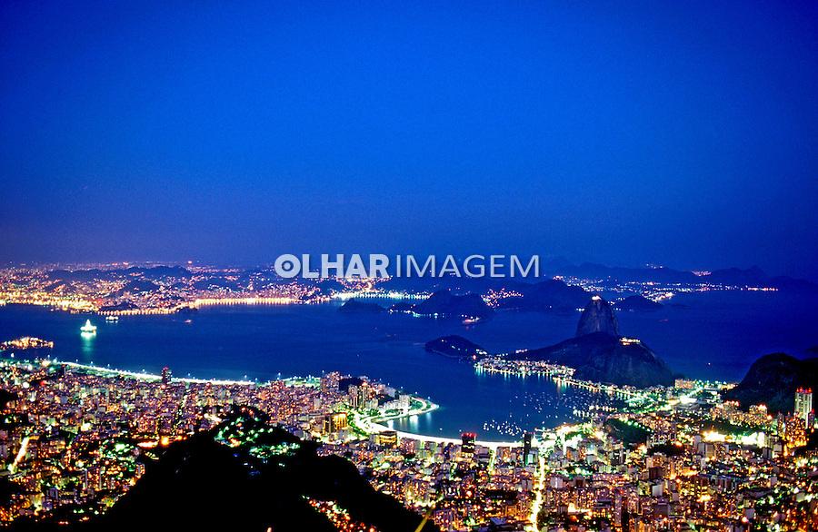 Morro do Pão de Açucar ao anoitecer. Rio de Janeiro. 1997. Foto de Ricardo Azoury.
