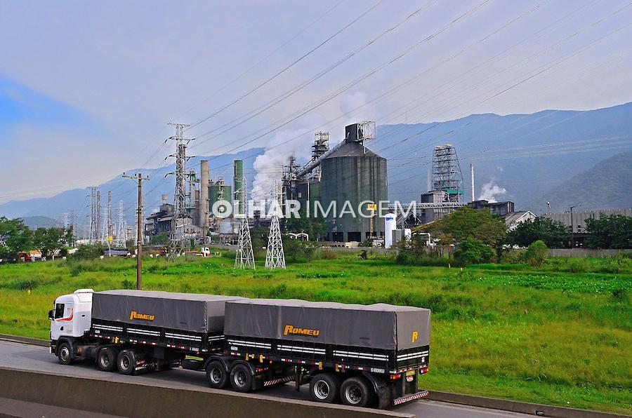 Transporte de carga e industria em Cubatao. Sao Paulo. 2012. Foto de Silvio Dutra.