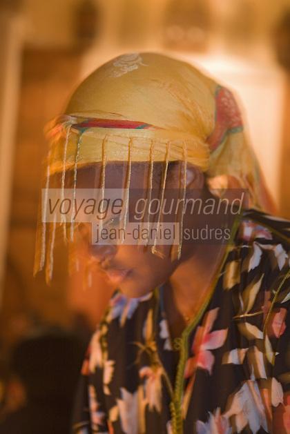 Afrique/Afrique du Nord/Maroc/Rabat: Dinarjat restaurant situé dans un ancien palais andalou - portrait d'une serveuse