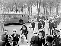 le Congrès des cent mariés au stade De Lorimier à Montréal. Ce second congrès organisé par le Mouvement des Jeunesses ouvrières catholiques (J.O.C.) constituait l'aboutissement de deux années d'enquête sur la situation des jeunes, en regard de la préparation au mariage et de l'étude de l'encyclique du Pape Pie XII sur le mariage.<br /> <br /> Lcouples se rendant à l'Hôtel Windsor, rue Peel à Montréal<br /> <br /> PHOTO : Conrad poirier - BANQ