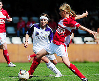 RSC Anderlecht Dames - Standard Femina : Standard kampioen 2010 - 2011 : Julie Biesmans aan de bal voor Stephanie Suenens.foto DAVID CATRY / Vrouwenteam / Loft6