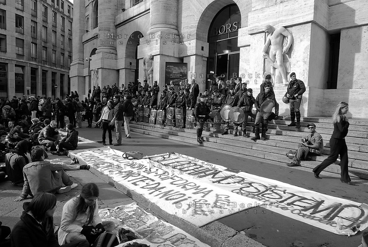 milano, presidio degli studenti davanti alla borsa in piazza affari per protestare contro i tagli previsti dalla riforma dell'istruzione --- milan, students in front of the stock exchange in affari square protest against the spending cut provided by the school reform