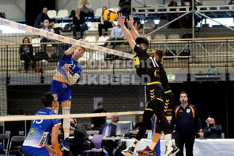 24-04-2021: Volleybal: Amysoft Lycurgus v Draisma Dynamo: Groningen Lycurgus speler Bennie Tuinstra slaat de bal langs Dynamo speler Maikel van Zeist