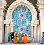 Morocco, Casablanca: Detail of Hassan II Mosque with local people | Marokko, Casablanca: Hassan II Moschee (Detail), Einheimische