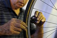 Filiberto Di Gaetano, 83 anni, nel suo negozio dove ripara biciclette dal 1936 a San Lorenzo, quartiere storico di Roma.<br /> Filiberto Di Gaetano, 83 years, repairs bike in his shop since 1936<br /> old man in San Lorenzo, historic district of Rome.