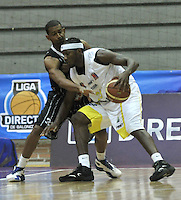 BOGOTA - COLOMBIA - 23-04-2013: Edgar Arteaga (Izq.) de Piratas de Bogotá, disputa el balón con Jason Edwin (Der.) de Bucaros de Bucaramanga, abril 23 de 2013. Piratas y Bucaros en la cuarta fecha de la fase II de la Liga Directv Profesional de baloncesto en partido jugado en el Coliseo El Salitre. (Foto: VizzorImage / Luis Ramírez / Staff). Edgar Arteaga (L) of Piratas from Bogota, fights for the ball with Jason Edwin (R) of Bucaros from Bucaramanga, April 23, 2013. Pirates and Bucaros in the fourth match of the phase II of the Directv Professional League basketball, game at the Coliseum El Salitre. (Photo: VizzorImage / Luis Ramirez / Staff)..