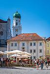 Deutschland, Niederbayern, Passau: Cafés am Residenzplatz mit dem Wittelbacher Brunnen | Germany, Lower Bavaria, Passau: cafés at Residence Square with Wittelsbacher fountain