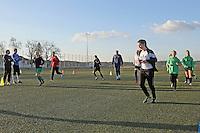 Trainer Rudi Stalysa (m.) vom Stützpunkt des HFV Odenwald trainiert die B-Juniorinnen der TSG Worfelden, die etatmäßigen Trainer Heiko Freund (l.) und Tim Petri (2vl) sehen zu. Vorne läuft Melina Bernhardt