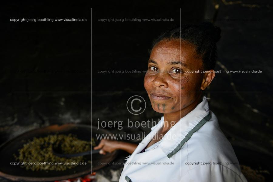 ETHIOPIA , Taza, women roast coffee beans on iron pan at open fire / AETHIOPIEN, Taza,  Frauen roesten frische Kaffeebohnen