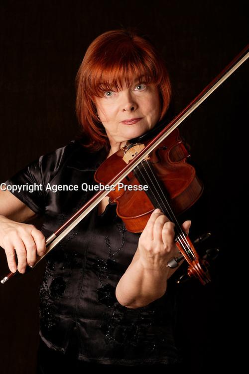 Exclusive studio photo -March 5, 2008 -<br /> Pia Ajango, Violonist<br /> <br /> photo : Pierre Roussel -images Distribution
