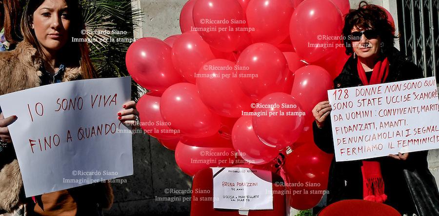 - NAPOLI 8 MAR  2014 -   Festa della donna  palazzo della Provincia di Napoli   flash mob per non dimenticare. Promosso dal Centro Italiano Femminile.