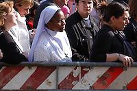 Stato della Città del Vaticano. Funerali di Papa Giovanni Paolo II. Vatican City State. Funeral of Pope John Paul II. Basilica di San Pietro. Saint Peter's Basilica.Suore rendono omaggio al Papa. Sisters pay tribute to Pope......