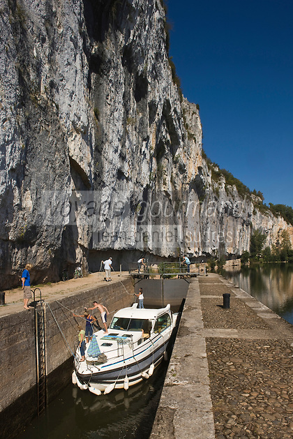 Europe/France/Midi-Pyrénées/46/Lot/Saint-Cirq-Lapopie: Navigation fluviale sur la vallée du Lot  à l'écluse de Ganil  Auto N°: 2008-213  Auto N°: 2008-214  Auto N°: 2008-215  Auto N°: 2008-217  Auto N°: 2008-216
