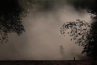 Ex-funcionários da Pagrisa chegam de ônibus a Ulianópolis após receberem as devidas indenizações.<br /> <br /> A empresa do setor sucroalcooleiro foi autuada pelo Ministério do Trabalho acusada de manter mil trabalhadores em condições análogas a do  trabalho escravo aconteceu durante fiscalização do grupo móvel que chegou a empresa através de denúncias.<br /> <br /> Formado por seis auditores, um procurador e cinco agentes da polícia federal, o grupo móvel constatou, de acordo com Humberto Célio coordenador da operação, que os trabalhadores eram submetidos a jornada excessiva de trabalho,  atraso de salários, alojamentos superlotados, esgotos a céu aberto entre outros problemas configurando a trabalho análogo ao escravo.<br /> Ulianópolis, Pará, Brasil.<br /> Foto Paulo Santos<br /> 04/07/2007