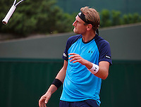 Paris, France, 24 June, 2016, Tennis, Roland Garros,  Thiemo de Bakker (NED) throws his racket in the air<br /> Photo: Henk Koster/tennisimages.com