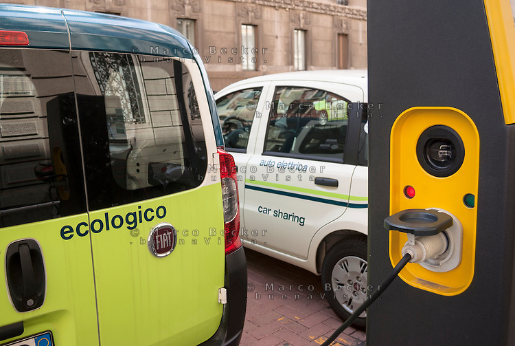 "Milano, vetture elettriche del car sharing e-vai in carica presso una colonnina di ricarica a2a --- Milan, electric vehicles of ""e vai"" car sharing at a charging column"