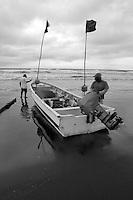 Pescadores preparandose para salir a pescar. Jaque, Pnama.