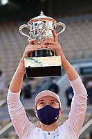 Finale Simple Dames<br /> joie d Iga Swiatek (pol) avec le trophee <br /> Parigi 10/10/2020 Roland Garros <br /> Tennis Grande Slam 2020<br /> French Open <br /> Photo JB Autissier / Panoramic / Insidefoto <br /> ITALY ONLY