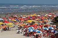 PRAIA GRANDE,SP,19 AGOSTO 2012 - MOVIMENTAÇÃO PRAIA - Movimentação de banhistas na mahnã deste domingo (19) na Cidade Ocian Praia Grande  no litoral sul de São Paulo.FOTO ALE VIANNA/BRAZIL PHOTO PRESS.