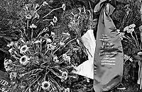 UNGARN, 14.07.1989.Budapest - VIII. Bezirk.Staatsbegraebnis von Janos Kadar (korrekt: J?nos K?d?r), Generalsekretaer der Kommunistischen Partei MSZMP auf dem Kerepesi Nationalfriedhof. Ein Berg von Blumen am frischen Grab, nicht weit vom Kommunistischen Pantheon. Kranz und Schleife der Schwesterpartei SED der DDR..State funeral of Communist Party (MSZMP) General Secretary Janos Kadar who died on July 6. A hill of flowers at the grave not far from the Kerepesi national cemetery's communist pantheon. Condolences by the SED, the GDR communist party..© Martin Fejer/EST&OST