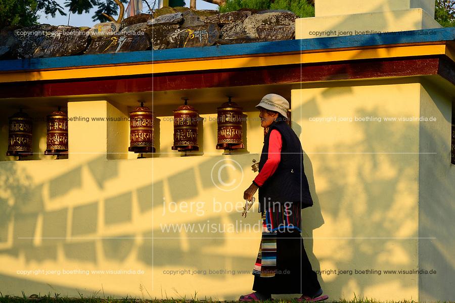 NEPAL Pokhara, tibetan refugee camp Prithvi, old tibetan woman with prayer chain / NEPAL Pokhara, tibetisches Fluechtlingslager Tashi Ling, alte Tibeterin mit Gebetskette
