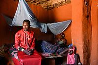NIGER, village Namaro, home of muslim family, young women / Dorf Namaro, muslimische Familie, junge Maedchen