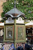 Alte Telefonzelle auf dem Lilla Torg in Malmo, Provinz Skåne (Schonen), Schweden, Europa<br /> old telephone booth  on Lilla Torg in Malmo, Sweden