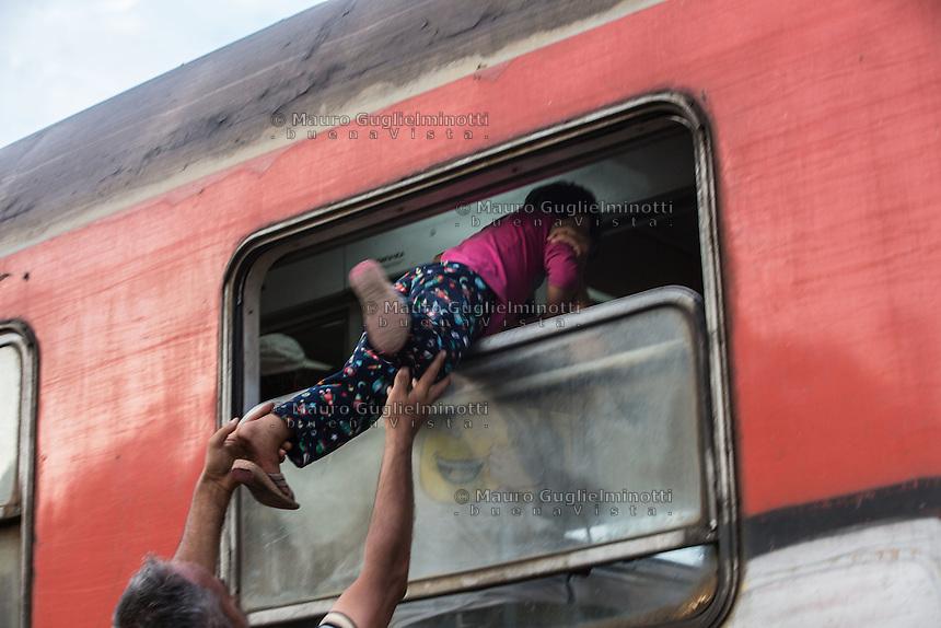 migranti: un bambino fatto entrare sul treno dal finestrino <br /> Migrants : a child did get on the train through the window