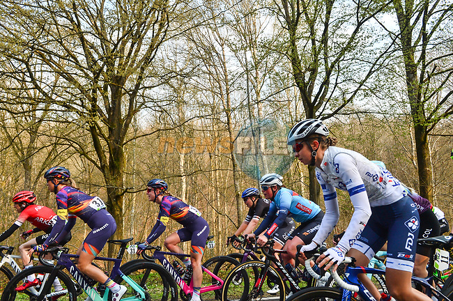 The peloton during the 2021 Flèche-Wallonne Femmes, running 130.2 km from Huy to Huy, Belgium. 21st April 2021.  <br /> Picture: A.S.O./Gautier Demouveaux   Cyclefile<br /> <br /> All photos usage must carry mandatory copyright credit (© Cyclefile   A.S.O./Gautier Demouveaux)