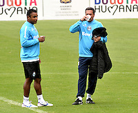 BOGOTA - COLOMBIA - 15-05-2013: Vanderlei Luxemburgo (Der.) Director Tecnico del Gremio durante entreno en el estadio Nemesio camacho El Campin en la ciudad de Bogota, mayo 15 de 2013. El Gremio de Brasil se encuentra en Bogota para disputar partido de vuelta de la Copa Bridgestone Libertadores contra el Independiente Santa Fe, el proximo mayo 16 en el estadio Nemesio Camacho el Campin. (Foto: VizzorImage / Luis Ramirez / Staff). Vanderlei Luxemburgo (R) Head Coach of Gremio during a training in the Nemesio Camacho El Campin Stadium in the city of Bogota, May 15, 2013. Gremio of Brazil is in Bogota to play second leg of the Copa Bridgestone Libertadores against Independiente Santa Fe, next May 16 in the stadium Nemesio Camacho el Campin. (Photo: VizzorImage / Luis Ramirez / Staff)
