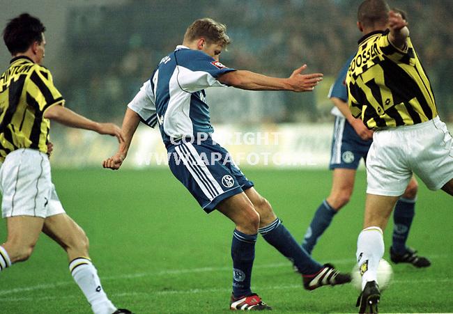 Arnhem,27-01-99  foto:Koos Groenewold (APA)<br />Vitesse-Schalke 04<br />Yoeri Mulder schiet voor Schalke 04 op het Vitesse doel.