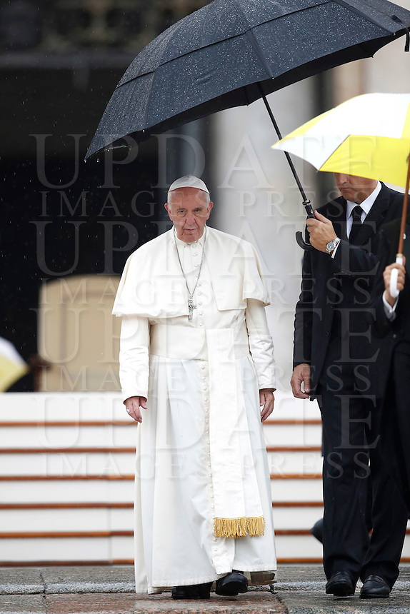 Papa Francesco al termine dell'udienza generale del mercoledi' in Piazza San Pietro, Citta' del Vaticano, 26 ottobre 2016.<br /> Pope Francis leaves at the end of his weekly general audience in St. Peter's Square at the Vatican, 26 October 2016.<br /> UPDATE IMAGES PRESS/Isabella Bonotto<br /> <br /> STRICTLY ONLY FOR EDITORIAL USE