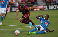 IBAGUE -COLOMBIA, 30-07-2017: Angelo Rodríguez (Izq.) jugador del Tolima disputa el balón con Anier Figueroa (Der.) jugador de Millonarios.Acción de juego entre los equipos Deportes Tolima y Millonarios  durante partido por la fecha 5 de la Liga Águila II 2017 jugado en el estadio Manuel Murillo Toro de la ciudad de Ibagué . /  Angelo Rodríguez (L) player of Tolima fights the ball agaisnt Anier Figueroa (R) palyer of Millonarios. Action game between Deportes Tolima and Millonarios  during match for the date 5 of Aguila League II 2017 played at Manuel Murillo Toro stadium in Ibague. Photo: VizzorImage / Juan Carlos Escobar  / Cont