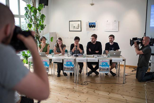 """Pressekonferenz des Aktionsbuendnis """"Ende Gelaende"""" zum Klimacamp in der Lausitz und der geplanten Blockade des Braunkohletagebau in der brandenburgischen Lausitz.<br /> Die Aktivisten erwarten bis zu 4.000 Menschen aus ganz Europa, die sich an den geplanten Blockaden des Tagebau vom 13. bis 16. Mai 2016 und einer Grossdemonstration am 14. Mai in Welzow beteiligen wollen.<br /> Das Buendnis """"Ende Gelaende"""" fordert den Ausstieg aus der Kohle und den Umstieg auf Erneuerbare Energie.<br /> Im Bild vlnr: Annika Hagberg, Klimaaktivistin aus Schweden; Hannah Eichberger, Spressesprecherin """"Ende Gelaende""""; Monika Brike, Pressesprecherin """"Ende Gelaende""""; Georg Koessler, Klimaaktivist; Marvin Kracheel, Klimaaktivist.<br /> 11.5.2016, Berlin<br /> Copyright: Christian-Ditsch.de<br /> [Inhaltsveraendernde Manipulation des Fotos nur nach ausdruecklicher Genehmigung des Fotografen. Vereinbarungen ueber Abtretung von Persoenlichkeitsrechten/Model Release der abgebildeten Person/Personen liegen nicht vor. NO MODEL RELEASE! Nur fuer Redaktionelle Zwecke. Don't publish without copyright Christian-Ditsch.de, Veroeffentlichung nur mit Fotografennennung, sowie gegen Honorar, MwSt. und Beleg. Konto: I N G - D i B a, IBAN DE58500105175400192269, BIC INGDDEFFXXX, Kontakt: post@christian-ditsch.de<br /> Bei der Bearbeitung der Dateiinformationen darf die Urheberkennzeichnung in den EXIF- und  IPTC-Daten nicht entfernt werden, diese sind in digitalen Medien nach §95c UrhG rechtlich geschuetzt. Der Urhebervermerk wird gemaess §13 UrhG verlangt.]"""