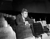 Sujet : Robert Charlebois<br /> Date : 3 juin 1966<br /> <br /> Photographe : Photo Moderne © Agence Québec Presse<br /> <br /> <br /> Historique de diffusion: Le Soleil 4 juin 1966 p.20