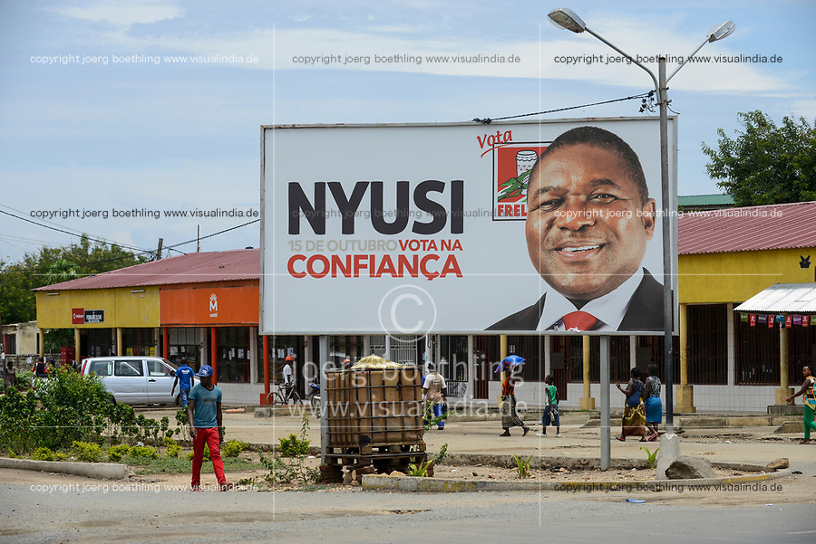 MOZAMBIQUE, Moatize, election poster with FRELIMO president candidate Filipe NYUSI  , FRELIMO is the former movement for independance and party in power / MOSAMBIK, Moatize, Wahlplakat Filipe NYUSI Praesidentschaftskandidat der FRELIMO, FRELIMO ist die ehemalige mosambikanische nationale Befreiungsbewegung und heute amtierende Regierungspartei