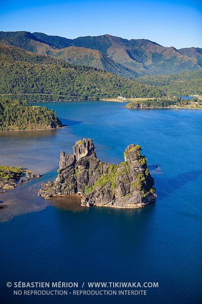 Baie de Hienghène et son rocher en forme de poule, Nord-Est de la Nouvelle-Calédonie