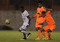 ENVIGADO -COLOMBIA-09-04-2015. Juan Saiz (Der) y Yony Gonzalez (C) de Envigado FC disputan el balón con Johan Arango (Izq) de Once Caldas durante partido por la fecha 14 de la Liga Águila I 2015 realizado en el Polideportivo Sur de la ciudad de Envigado./ Juan Saiz (R) and Yony Gonzalez (C) of Envigado FC fights for the ball with Johan Arango (L) of Once Caldas during match for the 14th date of the Aguila League I 2015 at Polideportivo Sur in Envigado city.  Photo: VizzorImage/León Monsalve/STR