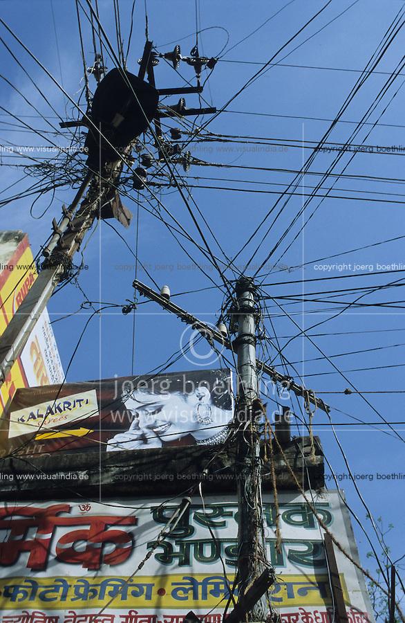 INDIA Madurai, electric grid / INDIEN Strommast mit vielen Leitungen und Werbung