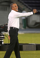 BARRANQUILLA - COLOMBIA - 12-08-2015.  Alexis Mendoza director tecnico del Atletico Junior de Colombia en accion contra   Melgar del Peru  durante partido  por la fecha 1 de la Copa Suramericana jugado en el estadio Metropolitano / Alexis Mendoza coach  of Atletico  Junior  reacts during match   against  of   Melgar of Peru  during a match for the firts  date of the Liga Aguila II 2015 played at Metropolitano  stadium in Barranquilla city. Photo: VizzorImage / Alfonso Cervantes  / Contibuidor