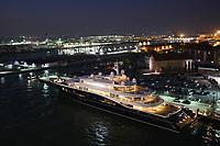 Yacht von Gloria Horton am Kreuzfahrtterminal an der Lagunenstadt von Venedig, das 2018 geschlossen wird wegen dem Neubau eines Kreuzfahrthafens auf dem Festland, Hafenausfahrt mit der Costa Deliziosa aus dem Hafen von Venedig - 19.11.2017: Venedig