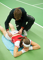 15-3-09, Rotterdam, Nationale Overdekte Jeugdkampioenschappen 12 en 18 jaar, Blessure behandeling bijAngelique van der Meet