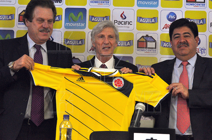 BOGOTA -COLOMBIA, 29- Agosto-2014. Ramon Jesurum Presidente de La Dimayor  (Izq) , Jose Pekerman Director tecnico de la seleccion Colombia de futbol de mayores (Centro) y Luis Bedoya Presidente de La Federacion Colombiana de futbol posan con la camiseta de la seleccion nacional despues de la conferencia de prensa ofrecida por Jose pekerman en su segunda etapa de contrato con la seleccion nacional. / The President of Diamyor  Ramon Jesurum (left), Jose Pekerman coach chief of the selection Colombia soccer seniors (center) and Luis Bedoya President of The Colombian Football Federation pose with the shirt of the national team after the press conference by Jose Pekerman in its second stage of contract with the national team. Photo: VizzorImage / Alfredo Gutierrez / Contribuidor