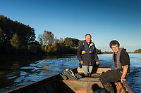 France, Indre-et-Loire (37), env Amboise,Chargé,  Vallée de la Loire classée Patrimoine Mondial de l'UNESCO, à la pêche sur la vallée de la Loire avec les  pêcheurs professionnels , Philippe Boisneau, et Nicolas Bonnet  , prise d'un brochet  // France, Indre et Loire, near Amboise, Charge,  Loire Valley listed as World Heritage by UNESCO, fishing on Loire Valley  with professional fishermen, Philippe Boisneau and Nicolas Bonnet   <br /> AUTO N 2013-153 et AUTO  N 2013-154,