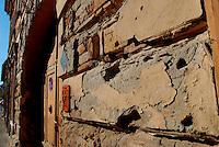Vukovar / Croazia 2011.I segni della battaglia ancora ben visibili sui muri degli edifici del centro storico..L'assedio di Vukovar, una delle battaglie più dure e sanguinose del conflitto balcanico, durò 87 giorni, tra l'agosto e il novembre 1991 e si concluse con la sconfitta e il ritiro della locale guarnigione della Guardia Nazionale Croata. Dopo gli accordi di Dayton rimase sotto il Protettorato dell'ONU dal 1995 al 1998.Il 15 gennaio 1998 Vukovar torna sotto la giurisdizione di Zagabria. .Foto Livio Senigalliesi..Vukovar / Croatia 2011.Holes of bullets still evident on the walls of the buildings downtown Vukovar..The damage to Vukovar during the siege has been called the worst in Europe since World War II..Photo Livio Senigalliesi