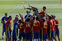 Spanish players rise to Paco Alcacer during the second training of the concentration of Spanish football team at Ciudad del Futbol de Las Rozas before the qualifying for the Russia world cup in 2017 August 30, 2016. (ALTERPHOTOS/Rodrigo Jimenez) /NORTEPHOTO