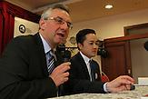Nguyen Cong Hung tritt für die konservative ODS bei den Europawahlen an. Debatte im vietnamesischen Großmarkt SAPA in Prag. Der Mann mit dem Mikrofon ist Jan Zahradil, Fraktionsvorsitzender der Allianz der Europäischen Konservativen und Reformisten, Spitzenkandidat der ODS.