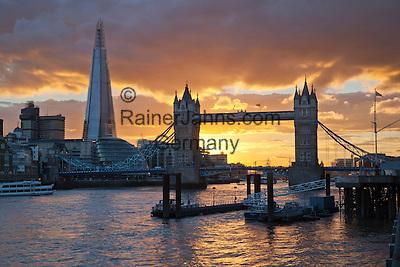 Grossbritannien, England, London: The Shard, die Themse und die Tower Bridge bei Sonnenuntergang   Great Britain, England, London: The Shard and Tower Bridge on the River Thames at sunset