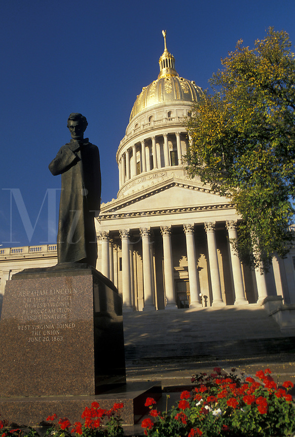 AJ3121, Charleston, state capitol, state house, West Virginia, The Lincoln Statue in front of The State Capitol Building in the capital city of Charleston in the autumn in the state of West Virginia.